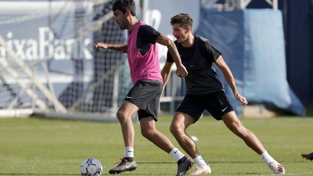 Escassi conduce el balón en un entrenamiento con el Málaga.