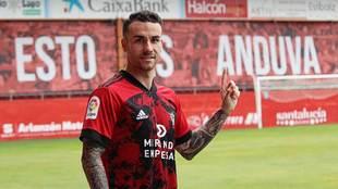 Álex López, durante su presentación en Anduva como nuevo jugador...