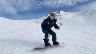 Irati Idiákez deslizándose con su tabla de snow en un entrenamiento.