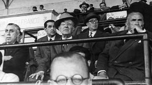 Luis Iceta (en el centro, con sombrero) entre Paulino Alcántara y...