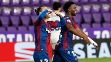 Son y Malsa celebran el gol con dedicatoria para Óscar Duarte.