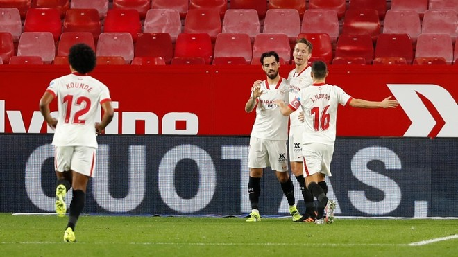 Los jugadores del Sevilla felicitan a De Jong por uno de sus goles.