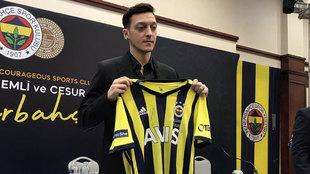 Mesut Özil en su presentación con el Fenerbahçe.