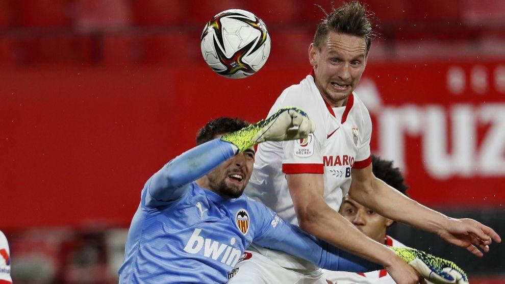 De Jong (30) y Cristian Rivero (22), en el partido de Copa entre el...