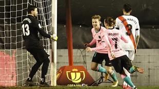 De Jong celebrates his goal against Rayo Vallecano