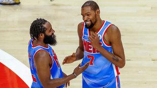Harden y Durant sonríen tras conseguir la victoria ante los Hawks