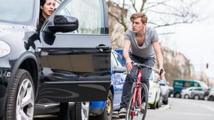 Un ciclista sin casco pasa junto a una conductora que acaba de abrir...