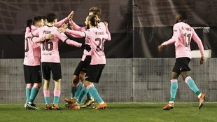 Barcelona players celebrate De Jong's goal