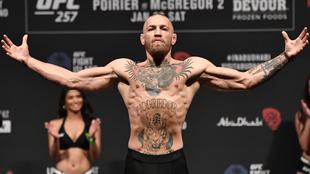 Conor McGregor en el pesaje de su pelea ante Dustin Poirier.