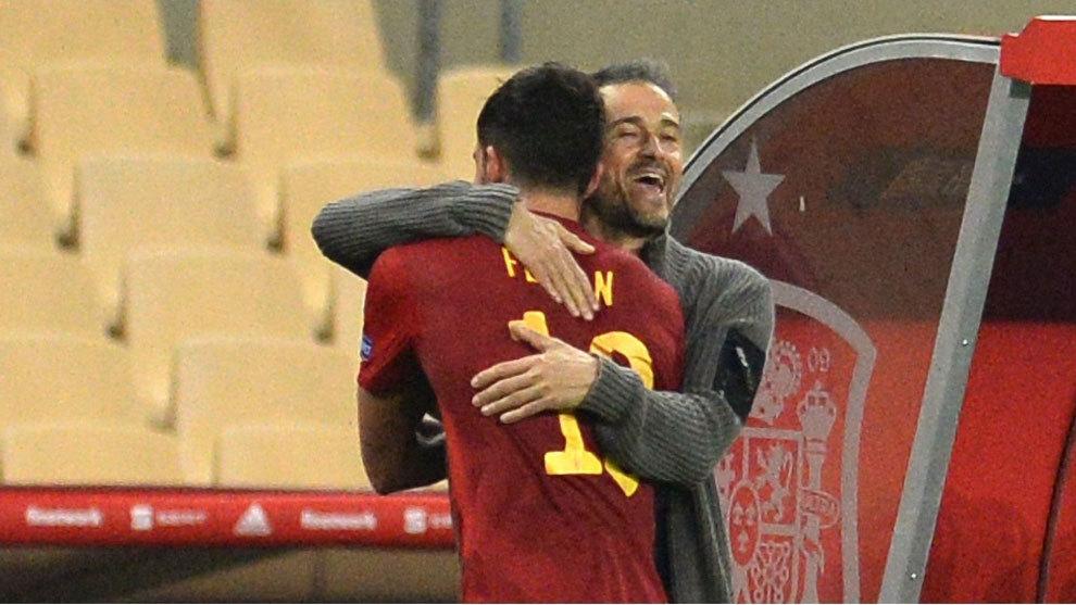 Luis Enrique abraza a Ferran Torres en el último partido de España.