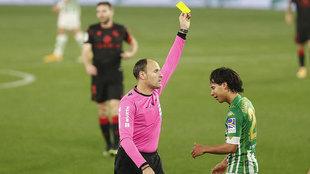 Mateu Lahoz muestra una tarjeta amarilla a Lainez durante el...