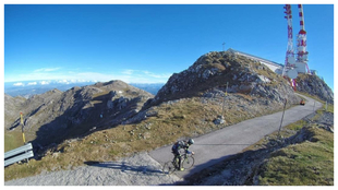 Un ciclista llegando a la cima del Gamoniteiro.