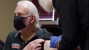 Gregg Popovich,en el momento de recibir la vacuna.