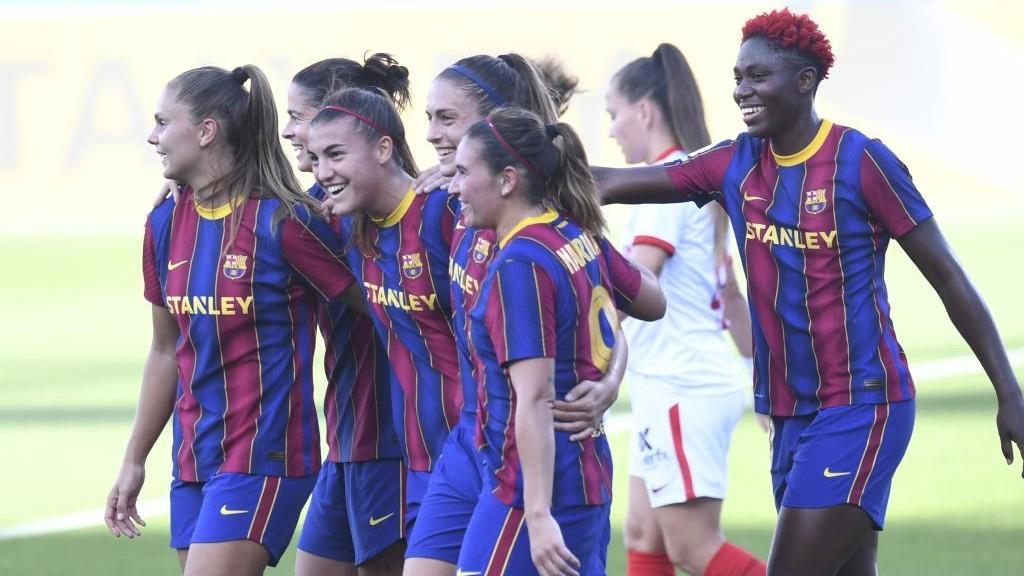 Las jugadoras del Barcelona celebran un tanto en un partido de Copa de...