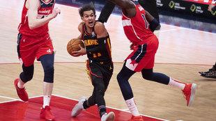 Trae Young intenta avanzar a canasta ante los Wizards