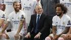 Sergio Ramos, Florentino Pérez y Marcelo, bromean en la foto oficia...