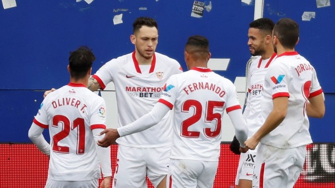 El Sevilla celebra el primer gol con Ocampos.