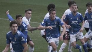 Los  jugadores del Oviedo y del Albacete están atentos al saque de un...