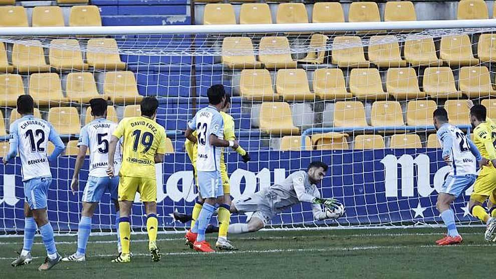 Juan Soriano atrapa con seguridad el balón en una de las pocas...