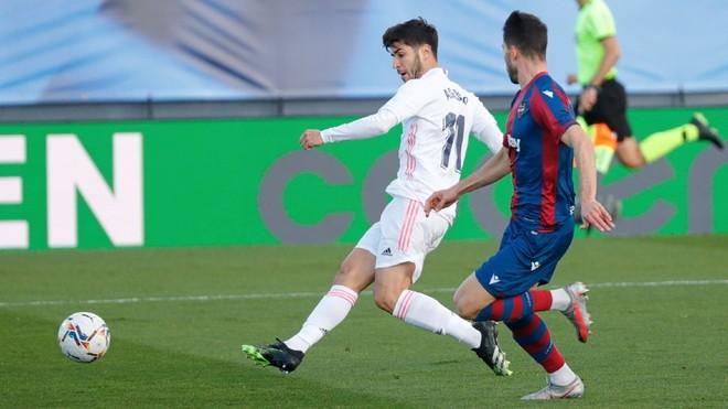 Marco Asenso remata con la derecha para hacer el 1-0 en el...