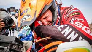 Laia Sanz, llorando al llegar agotada a la última etapa del Dakar...