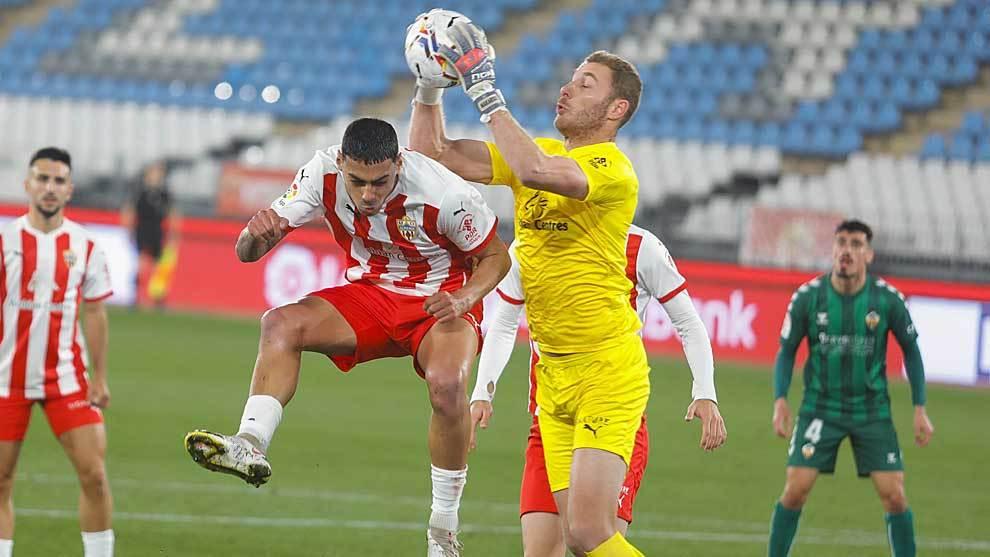 Makaridze atrapa el balón con autoridad junto a Samú Costa