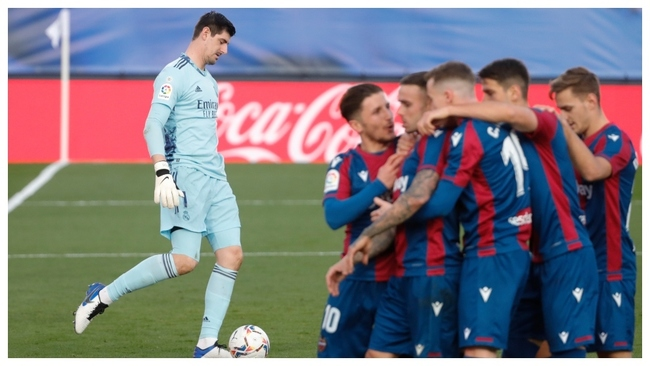 Los jugadores del Levante celebran el 1-2 con Courtois de fondo,