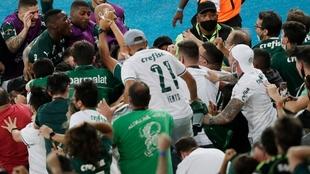 Breno Lopes y los jugadores del Palmeiras se abrazaron con la...