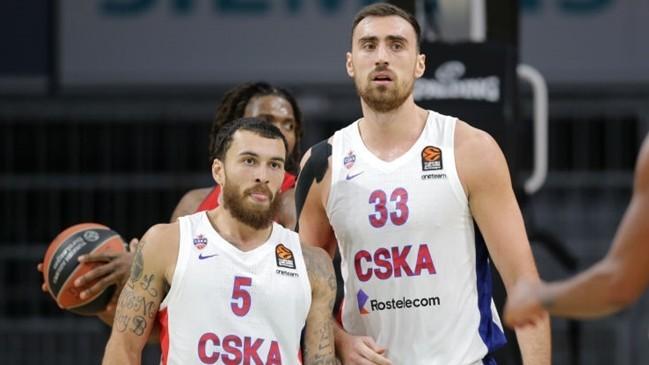 Mike James y Nikola Milutinov, en un encuentro del CSKA.