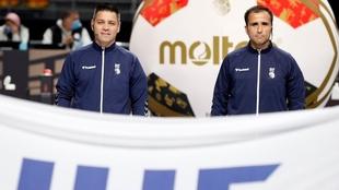 La pareja de árbitros internacionales, los españoles Óscar Raluy y...