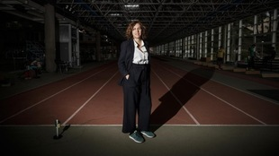Irene Lozano posa para MARCA en la pista interior de atletismo del CAR...
