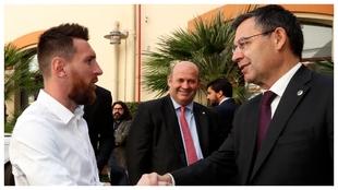 Leo Messi, Óscar Grau y Josep Maria Bartomeu, en la entrega de la...