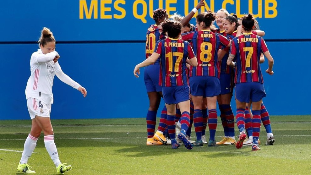 Las jugadoras del Barcelona celebran un gol ante el Real Madrid en el...