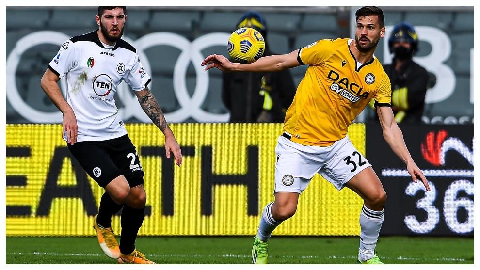 Fernando Llorente protege el balón ante Chabot, de la Spezia.