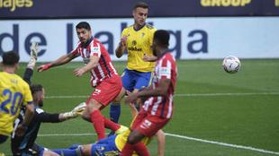 Luis Suárez las clava de falta, de penalti... ¡y ya es Pichichi destacado con 14 goles!