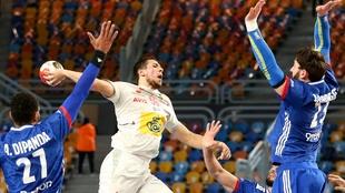 Daniel Dujshebaev lanza por encima de la defensa francesa.