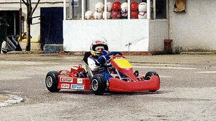 Carlos Sainz, de niño, con su kart rojo.