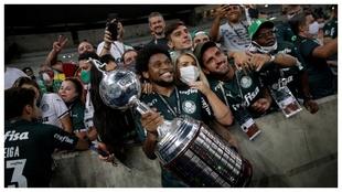 Luiz Adriano, con el trofeo de campeón de la Copa Libertadores.