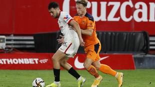 Munir protege el balón ante Wass en el partido frente al Valencia.