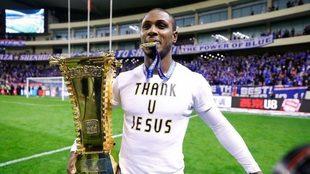 ghalo sujeta en Hongkou el trofeo de Copa logrado en 2019 con el...