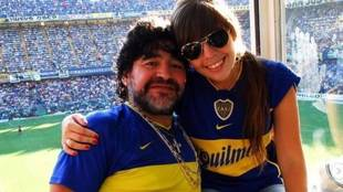 Diego Armando Maradona, junto a su hija Dalma en un partido de Boca...