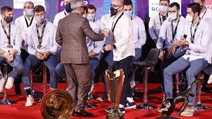 Jordi Ribera, felicitado por el presidente del COE, Alejandro Blanco