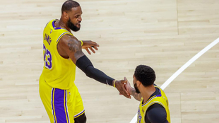 LeBron James felicita a Anthony Davis tras la victoria conseguida en...