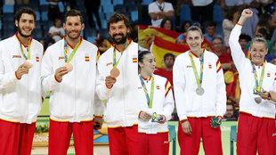 Los integrantes de las selecciones masculina y femenina de baloncesto...