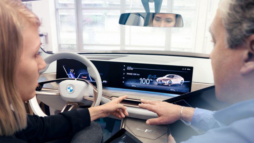 BMW afirma que en el coche final las pantallas serán curvas,