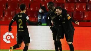 Dest celebra un tanto del Barcelona con Messi y Dembélé en Granada.