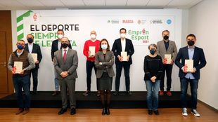 Los ganadores de Emprén Esport 2021 posan con Elena Tejedor y Juan...