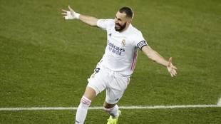 Benzema celebra un gol con el Madrid en la presente Liga.