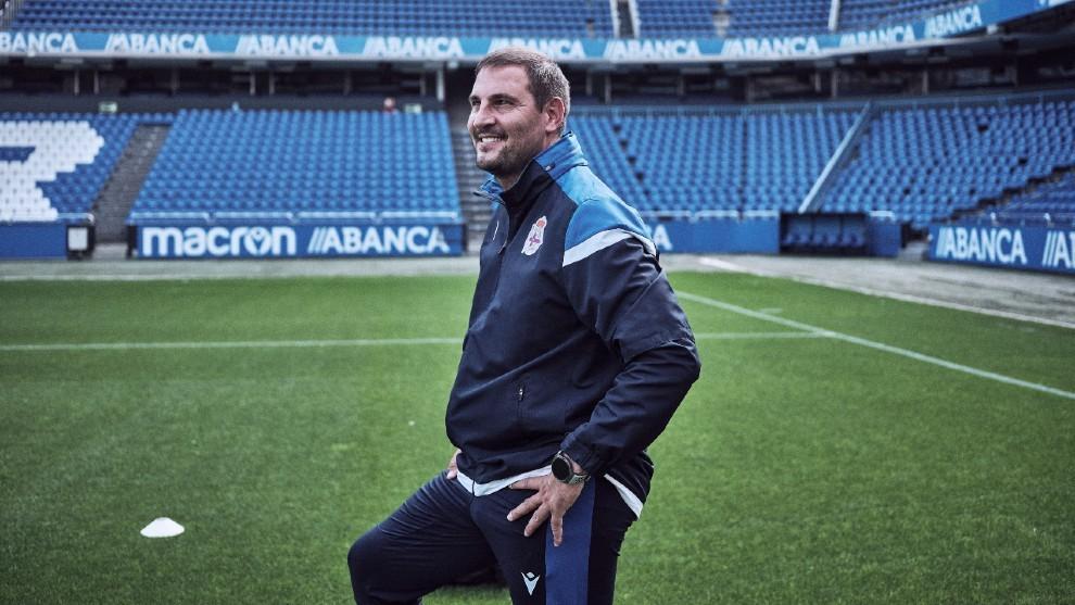 Manu Sánchez posando en el estadio de Riazor.