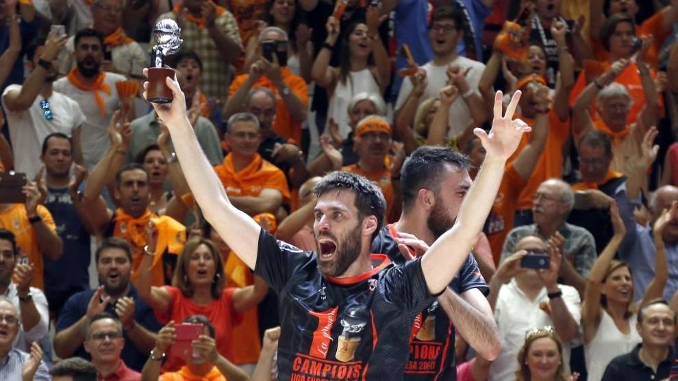 San Emeterio, celebrando el título de Liga con el Valencia Basket.